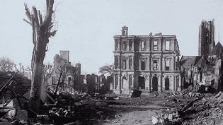 Dans la nuit du 6 au 7 juin 1944, Saint-Lô fût presque totalement détruite par les bombardements américains  (Culturebox / capture d'écran)