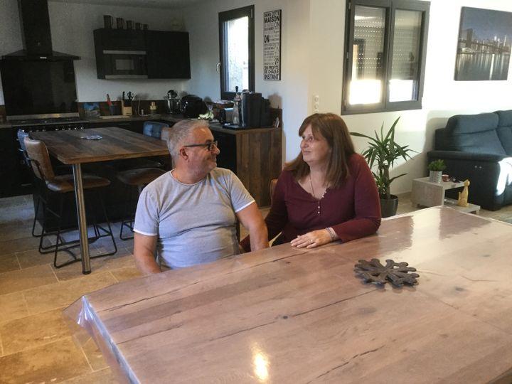 Sylvie et Jean-Pierre dans le séjour de leur maison de Trèbes (Aude), le 2 octobre 2019. (CLEMENT PARROT / FRANCEINFO)