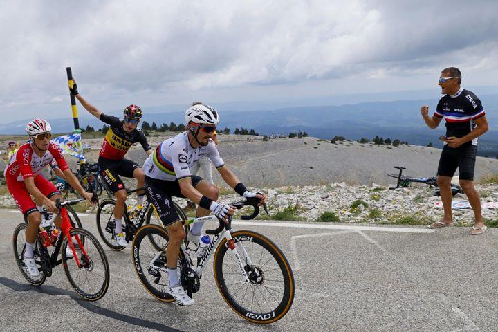 Julian Alaphilippe mène la danse lors du premier passage en haut du mont Ventoux sur la 11e étape du Tour de France, le 7 juillet 2021. (THOMAS SAMSON / AFP)