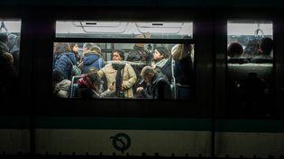 Des passagers dans le métro parisien, le 10 janvier 2020. (MARTIN BUREAU / AFP)
