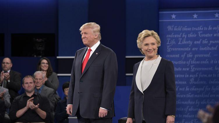 Donald Trump, candidat républicain et Hillary Clinton, candidate démocrate à l'élection présidentielle américaine, lors du débat télévisé le 9 octobre 2016. (MANDEL NGAN / AFP)