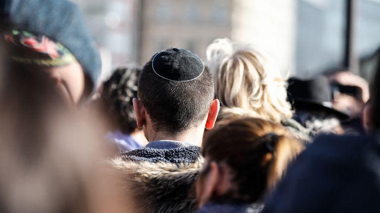 Un rassemblement contre les actes antisémites organisé place Simone Veil, à Paris, dimanche 17 février 2019. (LAURE BOYER / HANS LUCAS / AFP)