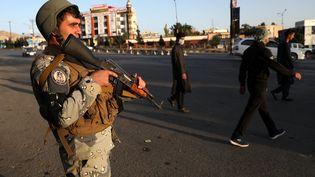 Un policier afghan surveille un point de contrôle, le 28 septembre 2019, à Kaboul. (OMAR SOBHANI / REUTERS)