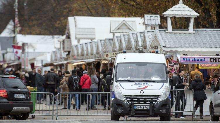 Un fourgon de la police sur les Champs-Elysées, à Paris, le 18 novembre 2013. (FRED DUFOUR / AFP)