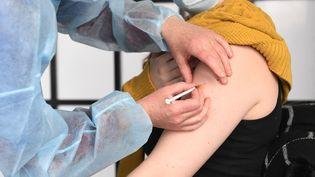 Une personne se fait vacciner contre le Covid-19 (illustration). (FRED TANNEAU / AFP)