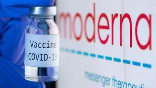 Un échantillon du vaccin contre le Covid-19, développé par l'entreprise Moderna, le 18 novembre 2020. (JOEL SAGET / AFP)