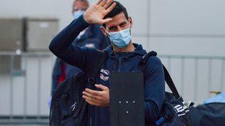 Le tennisman serbe Novak Djokovic à son arrivée à Adelaïde (Australie) avant son placement en quarantaine préalable à l'Open d'Australie, le 14 janvier 2021. (BRENTON EDWARDS / AFP)