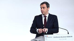 Olivier Véran lors d'une conférence de presse à Paris, le 4 mars 2021. (ALAIN JOCARD / AFP)