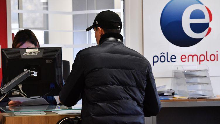 Un homme est assis face à une employée de l'agence Pôle emploi à Montpellier, dans l'Hérault, le 3 janvier 2019. (PASCAL GUYOT / AFP)