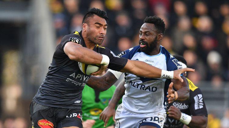 Victor Vito au duel avec Fulgence Ouedraogo lors du match entre le Stade Rochelais et Montpellier