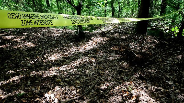 Un cordon de police délimite le site des fouilles pour retrouver le corpsd'Estelle Mouzin, le 16 juin 2021à Issancourt-et-Rumel (Ardennes). (FRANCOIS NASCIMBENI / AFP)
