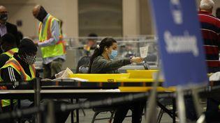 Des agents électorauxcomptent les bulletins devote, à Philadelphie,enPennsylvanie,le 4 novembre 2020. (SPENCER PLATT / GETTY IMAGES NORTH AMERICA / AFP)
