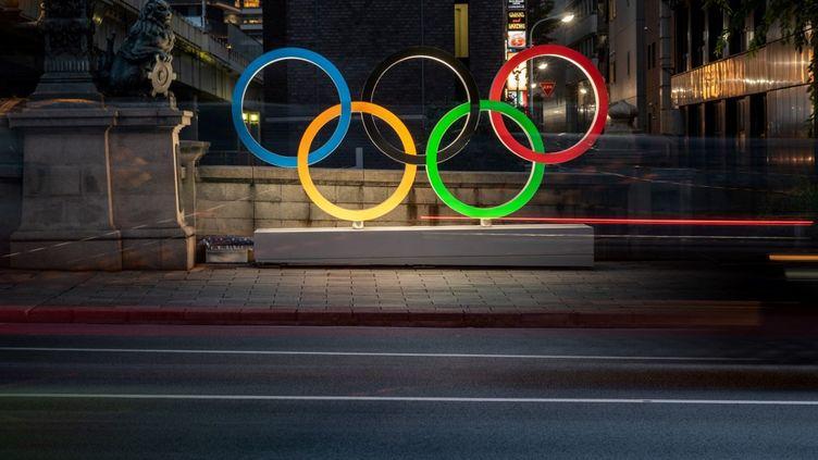 Deux sportifs ont été déclarés positifs au covid au sein du village olympique à Tokyo, ont annoncé les organisateurs, dimanche 18 juillet. (PHILIP FONG / AFP)