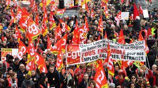 Des manifestants défilent contre la réforme des retraites, le 5 décembre 2019 à Marseille (Bouches-du-Rhône). (CLEMENT MAHOUDEAU / AFP)