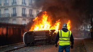 """Une voiture brûle avenue Foch, à Paris, le 1er décembre 2018, jour de mobilisation des """"gilets jaunes"""". (KARINE PIERRE / HANS LUCAS / AFP)"""