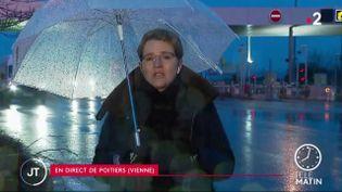 Quatredépartements de l'Ouest de la France sont placésen alerte rouge neige-verglas, vendredi 13 février.Parmi eux, la Vienne,où leverglas pourrait atteindre 1 centimètre d'épaisseur à certains endroits. (France 2)