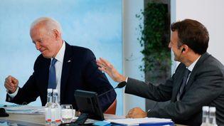 Les présidents américain et français, Joe Biden et Emmanuel Macron, le 11 juin 2021, à Cornwall (Angleterre). (PHIL NOBLE / POOL / AFP)
