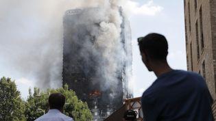 Le Grenfell Tower ravagé par un incendie, mercredi 14 juin, à Londres. (ADRIAN DENNIS / AFP)