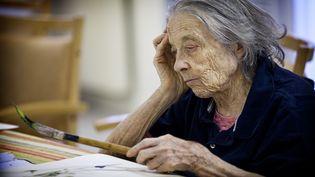 Une personne âgée pendant une séance de thérapie artistique dans une maison de retraite de Rueil-Malmaison, le 19 février 2013. (AMELIE-BENOIST / BSIP)