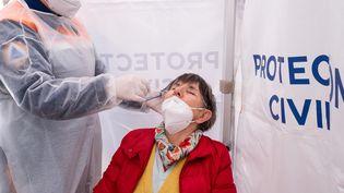 Un test PCR réalisé à Broons (Côte d'Armor), le 5 mai 2021. (MARTIN BERTRAND / HANS LUCAS / AFP)