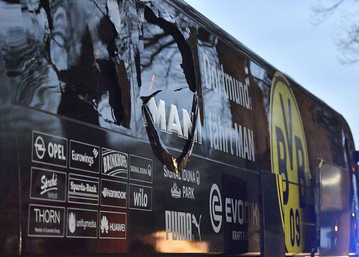 Les impacts sur le bus du Borussia Dortmund, le 11 avril 2017 à Dortmund (Allemagne). (MARTIN MEISSNER/AP/SIPA / AP)
