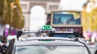 La limitation à 30 km/h de la vitesse maximale autorisée sur la plupart des axes routiers parisiens va renforcer la concurrence des VTC sur les taxis, car les premiers n'ont pas un système de tarification selon la vitesse, contrairement aux seconds. (CHRISTOPHE MORIN / MAXPPP)