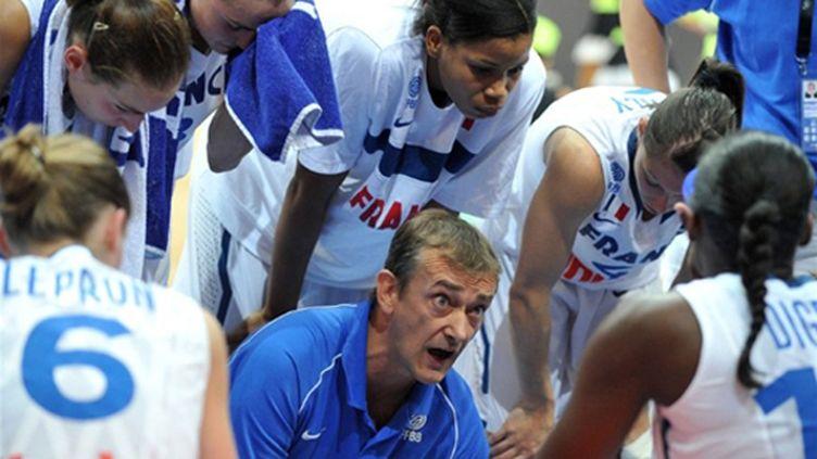 Pierre Vincent parle à ses joueuses (JOE KLAMAR / AFP)