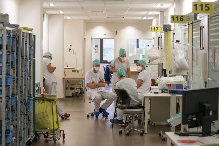 Des soignants font un point sur la situation dans l'unité de soins intensifs de l'hôpital Purpan, à Toulouse, le 21 avril 2020. (FREDERIC SCHEIBER / HANS LUCAS / AFP)