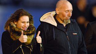 Diane Lazarevic et son père, sur le tarmac de l'aéroport de Villacoublay, mercredi 10 décembre 2014. (MARTIN BUREAU / AFP)