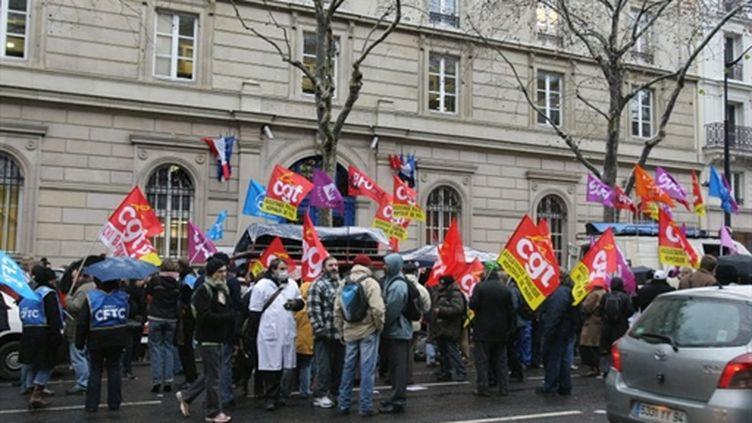 Des salariés de l'AP-HP devant le siège de l'organisation, le 18 décembre 2009 à Paris. (AFP/PIERRE VERDY)