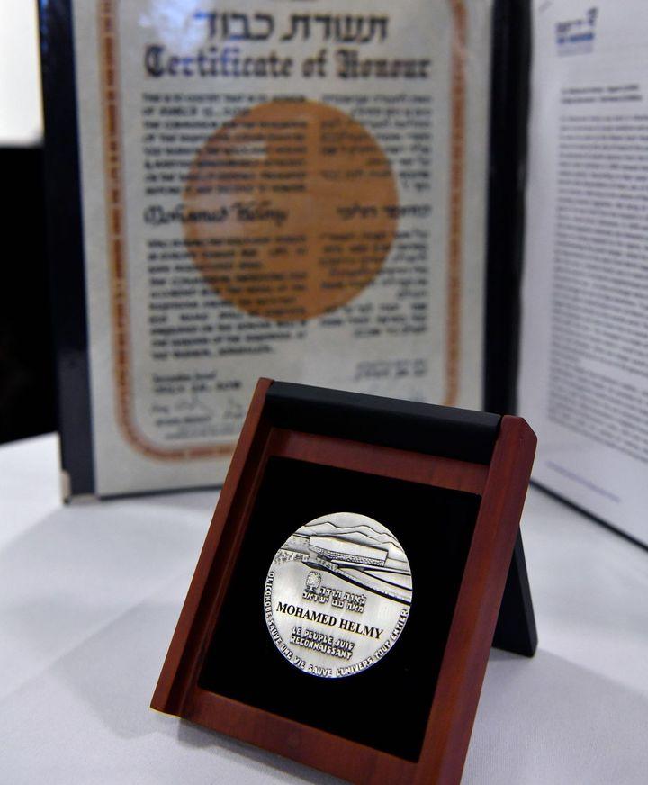 La médaille des «Justes parmi les Nations» remise à titre posthume à Mohamed Helmy (JOHN MACDOUGALL / AFP)