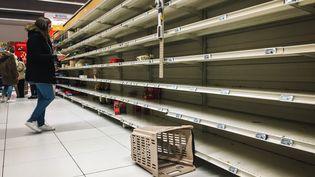 Peu de temps après l'apparition de l'épidémie de coronavirus en France, certains se sont rués dans les supermarchés pour constituer des stocks (photos d'illustration). (- / AFP)
