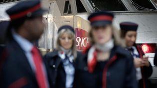 Des agents de la SNCF, le 18 décembre 2014, à Paris. (MAXPPP)