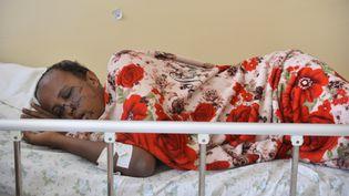 Abel Legesse, 25 ans, chauffeur de tuk-tuk et victime des violences à Adama, reçoit une assistance médicale dans un lit d'hôpital après avoir été soigné au visage et aux bras à l'hôpital d'Adama, le 30 octobre 2019. (- / AFP)