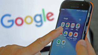 Une smartphone avec l'application Google chrome, le 18 juillet 2018. (MAXPPP)