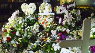 Les fleurs ornent la tombe de Johnny Hallyday, cimetière de Lorient, Saint-Barthélémy  (Helene Valenzuela / AFP)