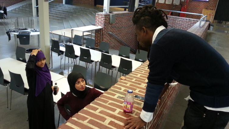 (Kader Mïkal, professeur au lycée Langkaer, sert de mentor aux jeunes djihadistes revenus au Danemark. © Radio France / Gaële Joly)