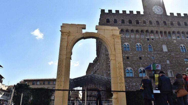 """Florence le 27 mars 2017. Sur la """"Piazza de la Signoria"""", l'une des principales de la ville toscane, a été érigée à l'occasion de l'ouverture du G7 de la culture, la reproduction de l'Arc de Triomphe de Palmyre détruit par l'EI en 2015.  (Maurizio Degl' Innocenti/AP/SIPA)"""