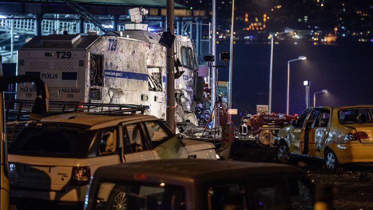 Une voiture piégée a explosé aux abords du stade du Besiktas, tout près d'un véhicule de transports de la police (OZAN KOSE / AFP)