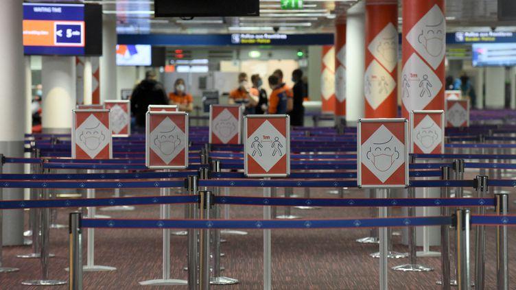 Au terminal 2E de l'aéroport parisien Roissy-Charles-de-Gaulle, le 18 mars 2021. (ERIC PIERMONT / AFP)
