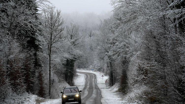 La neige a fait son apparition sur le massif du Jura, le 4 décembre 2020. Photo d'illustration. (PHILIPPE TRIAS / MAXPPP)