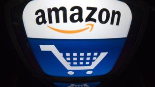 Le logo du géant de la vente en ligne Amazon, fondé en 1995 par Jeff Bezos. (LIONEL BONAVENTURE / AFP)