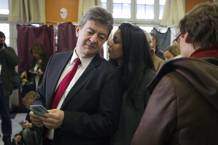 Jean-Luc Mélenchon et Sophia Chikirou, dans un bureau de vote à Paris lors du premier tour de l'élection présidentielle, le 22 avril 2012. (CHARLES PLATIAU / AFP)