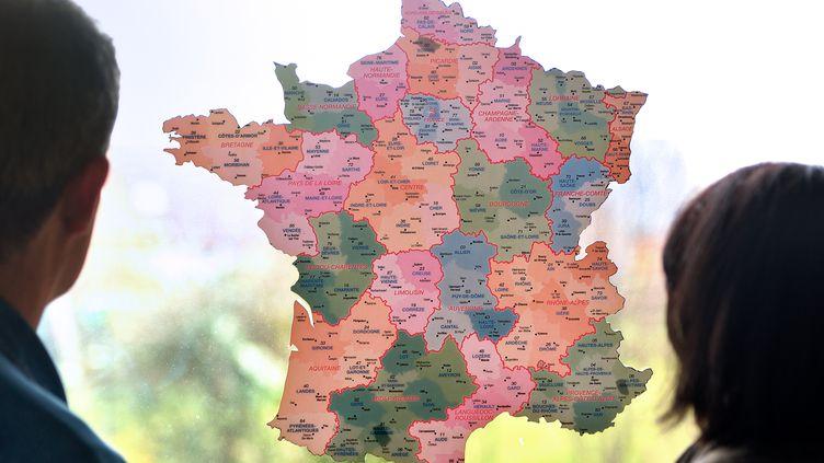 Le président François Hollande propose de réformer la Constitution pour supprimer les conseils généraux en 2020. (PHILIPPE HUGUEN / AFP)