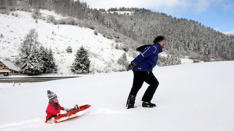 Des habitants de LaMongie (Hautes-Pyrénées) profitent des premières neiges, le 22 novembre 2015. (LAURENT DARD / MAXPPP)
