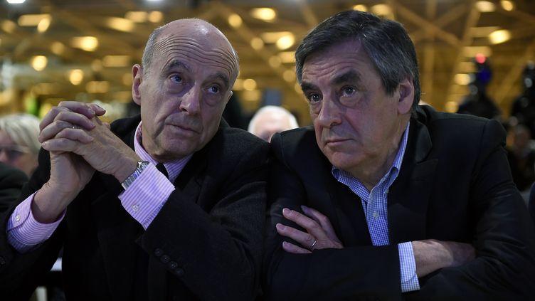Alain Juppé (à gauche) et François Fillon lors du conseil national des Républicains, à Paris, le 13 février 2016. (LIONEL BONAVENTURE / AFP)