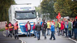Des routiers membres de FO et de la CGT bloquent un rond-point à Hénin-Beaumont (Pas-de-Calais) pour protester contre la réforme du Code du travail, le 28 septembre 2017. (MAXPPP)