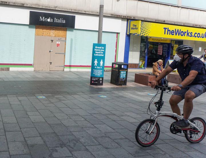 Un cycliste dans les rues de Leicester (Royaume-Uni), le 30 juin 2020. (GIANNIS ALEXOPOULOS / NURPHOTO / AFP)