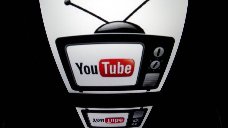 En créant des contenus payants, YouTube se positionne face aux chaînes de télévision. (LIONEL BONAVENTURE / AFP)