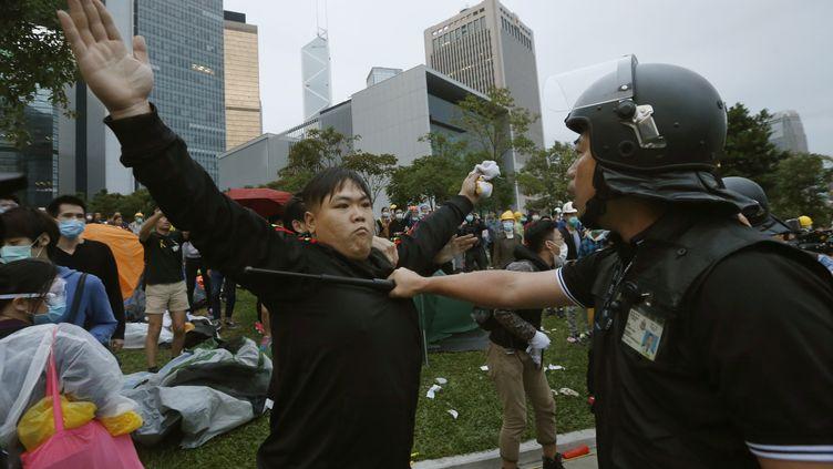 Plusieurs centaines de policiers anti-émeutes ont finalement réussi à repousser les protestataires, arrêtant une quarantaine d'entre eux, lundi 1er décembre à Hong Kong (Chine). ( BOBBY YIP / REUTERS)